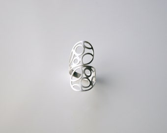 Modern sleek bubble twist band ring. Fine silver bubble wrapped band. Long adjustable ring.