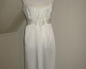 NEW Vintage 1950s 1960s Barbizon Ivory Lace Slip / size 16 1/2