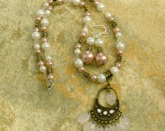 Artistic and feminen necklace and earring set