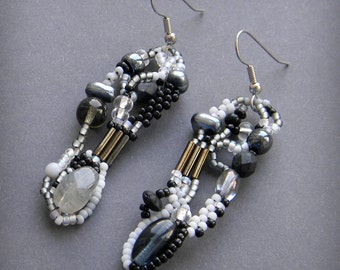 Monochrome freeform seed bead earrings, beaded dangle earrings, beadwork, seed bead jewelry, beaded jewelty, boho earrings, unique earrings