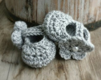Crochet Mary Jane shoes with removable flower in Light grey size 3 to 6 mo.