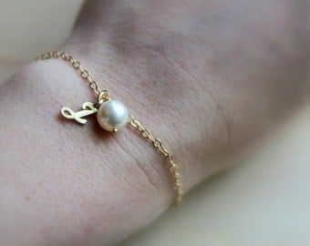 FREE SHIPPING. Initial  and Swaroskvi Pearl Bracelet. Choice of 8 pearl colors. 14K Gold. Bridesmaid. Wedding
