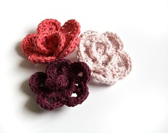 Crochet flower hair clip in pink. Hair accessory for girls in pink organic cotton