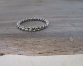 Twisted ring rope ring