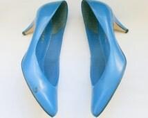 SALE//// 1980s BLUE LEATHER Heels....size 7.5 women....rad 80s. blue heels. pumps. 1980s. classic. colorful. mod. retro. ladies. royal blue