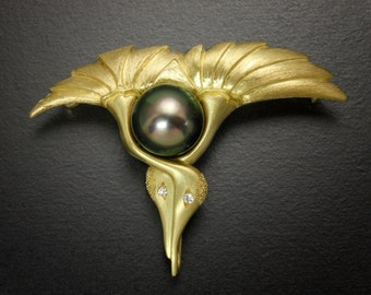 18K gold brooch of two crane motif with a black pearl