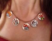 Medallitas pequeñas en cadena metalica con dibujos de Pippi Långstrump o Pipi Calzas largas. Pintado a mano. Personalizable detrás.