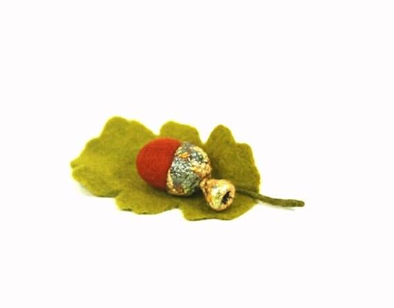 Felted Golden Acorn Brooch. Fall Olive green Oak Leaf. Autumn jewelry accessory. Woolen jewelry.