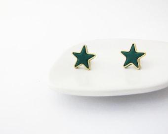 Emerald green star stud earrings. Simple posts. Geometric studs. Everyday post earrings. Christmas gift