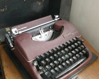 Purple vintage manual Oliver Courier typewriter with case in great condition, 1950S Era USA well made