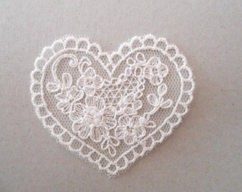 Apply heart in tulle embroidered with 4.5 x 5 cms for your creations