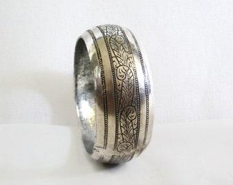 Vintage metal bangle bracelet, hand carved flowers. Rustic bohemian silvertone jewelry. silver tone, old jewellery, Handmade floral carving
