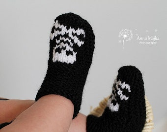 Baby Skull & crossbones hand knitted booties - 12-18 months - Many colors available