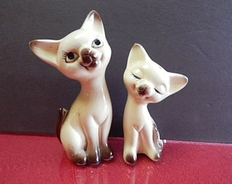 Kitty Salt & Pepper. Siamese markings - marked JapanThe larger one is 5 inches tall, other is 4 inches.