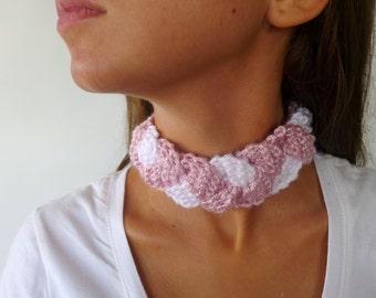 Gargantilla tejida en rosa y blanco