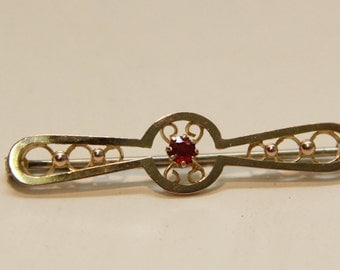 An elegant 9 ct solid gold vintage brooch pin