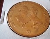 American Revolution Bicentennial  Coin Samuel Adams Patrick Henry Collectible L717