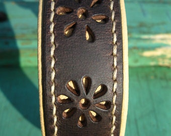 Wide dog collar with flower pattern