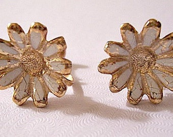 White Daisy Flower Screwback Earrings Gold Tone Vintage Comfort Adjustable Large Round Scallop Edge Petals