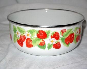 Vintage enamelware bowl / strawberry strawberries / serving mixing / kitchen home decor / metal housewares / Kobe fruit