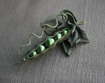 Green peas leather brooch