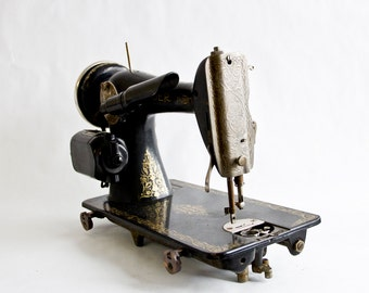 Antique, 1930's Singer Sewing Machine