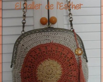 Vintage crochet bag in linen, bronze nozzle, lined interior handmade lace, with string for hanging.