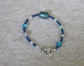 Blue bracelet with mixed glass beads