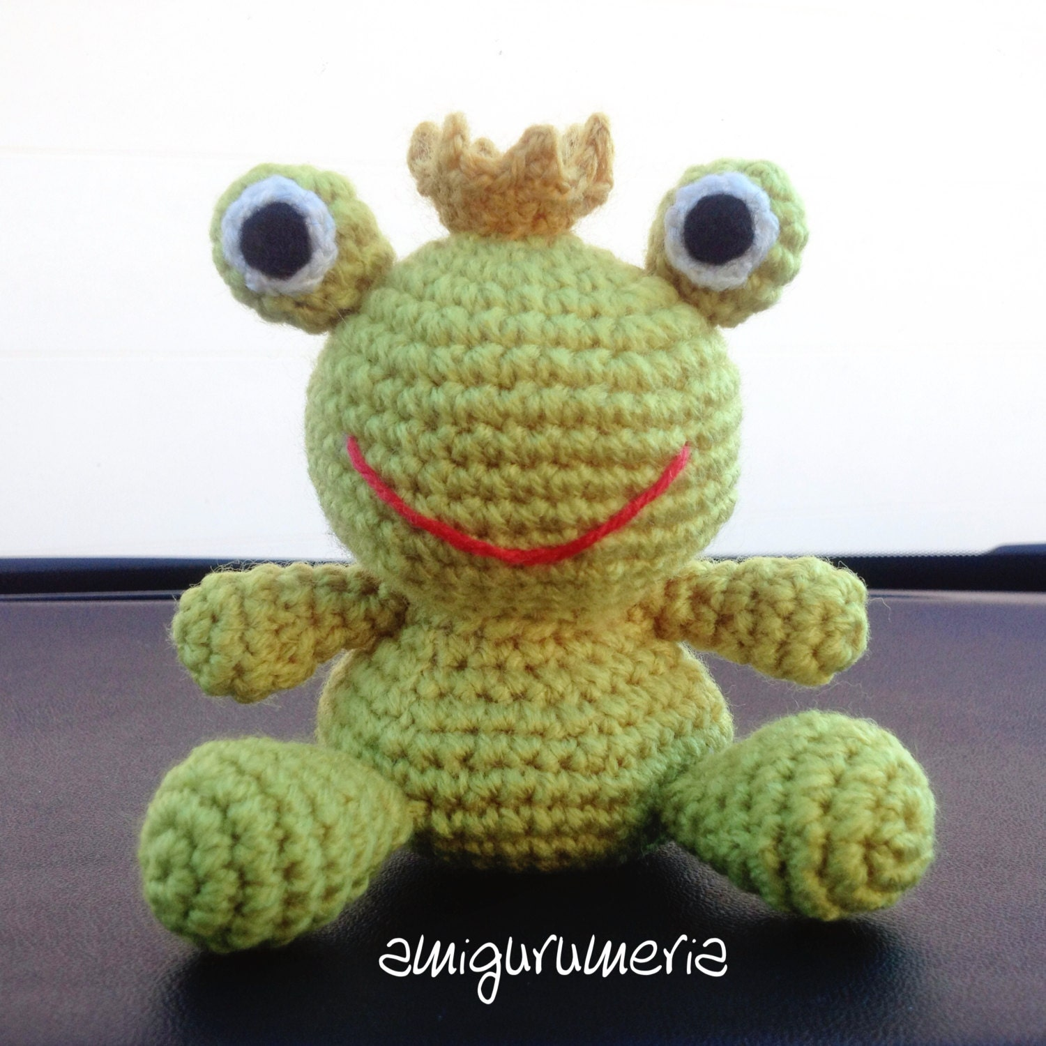 learn how to crochet basic beginner amigurumi smiley