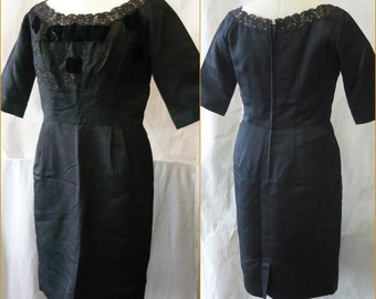 Vintage 50s BOMBSHELL Wiggle Dress size 10 12  Terry ALLEN Black Lace Velvet Trim Shelf Bust VLV large