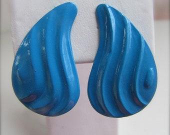 Blue rippled metal vintage paisley-shaped earrings