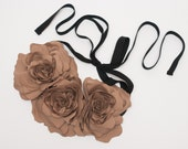 Fabric flower necklace / brown