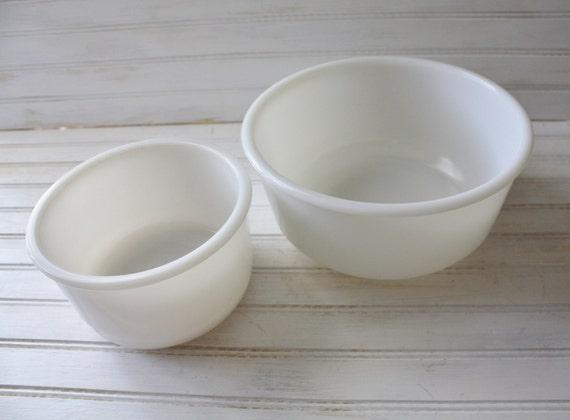 vintage milk glass mixing bowls vintage mixer bowl set. Black Bedroom Furniture Sets. Home Design Ideas