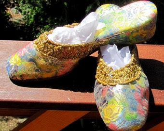 Vintage Oomphies - Metallic Gold Lurex Flower Slippers - Gold Trim - Size 6.5 M - Made in USA - 1950s