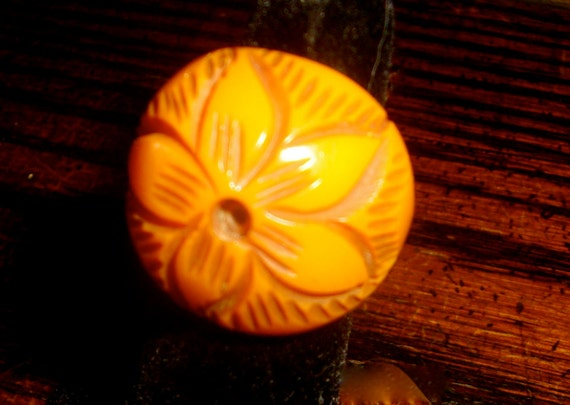 1940s BAKELITe BuTTeRSCoTCH RiNG FLoWER deeply carved sz 5 free shipping