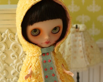 PO - Anniedollz Blythe Outfits Rose Hooded Cape - Lemon