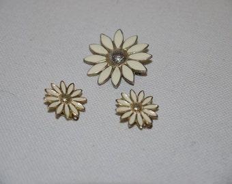Charming set - earrings + Brooch - 60s - Daisies - vintage -enamel