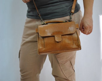 Vintage LEATHER  bag , cross body bag , messenger bag ....(214)