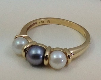 Three 6mm black and white pearl ring.