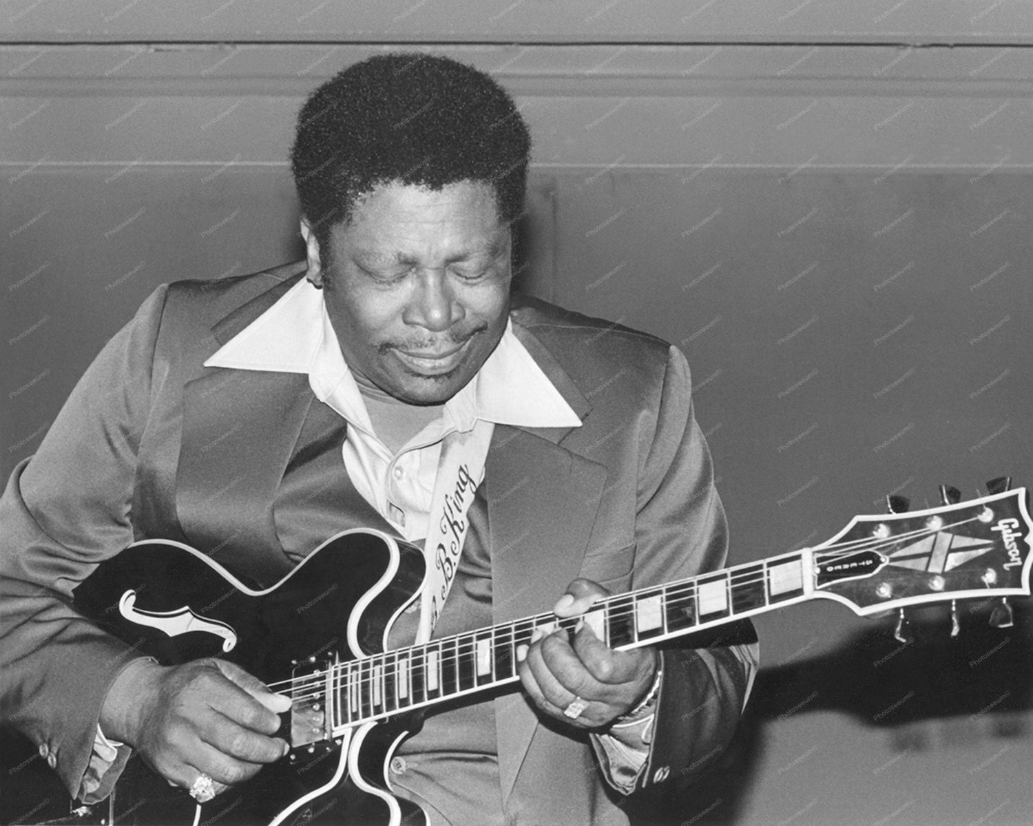 bb king playing his lucille gibson es 335 guitar by guitarspatents. Black Bedroom Furniture Sets. Home Design Ideas