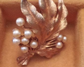Vintage Signed J.J. Jonette Jewerly Leaf Design Brooch with Pearls