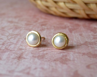 Pearl Stud Earings - Handmade Gold Stud Earings with a Pearl