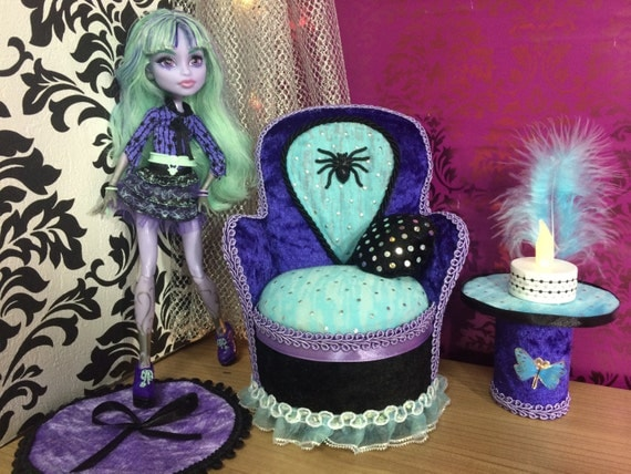 articles similaires lit meubles de monster high ever after high poup e sur etsy. Black Bedroom Furniture Sets. Home Design Ideas