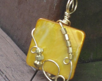 WSP-0232 Handmade Mother of Pearl Pendant Wire Wrapped with Non Tarnish Gold Wire