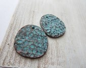 hammered metal pendant, freeform round flat rustic textured, casting, green patina finish on antiqued copper 26 x 28 mm / 2 pcs 6am5286