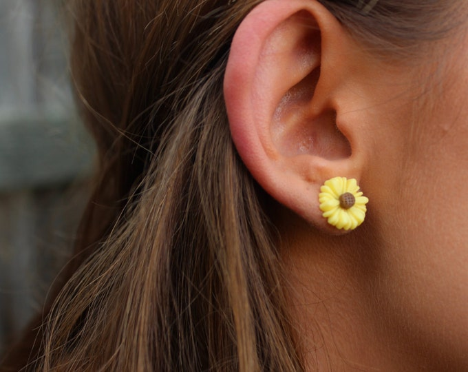 Yellow Daisy Flower Post Stud Earrings.