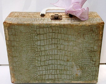 Vintage Carrying Case Jewelry Makeup Case Tattered Worn