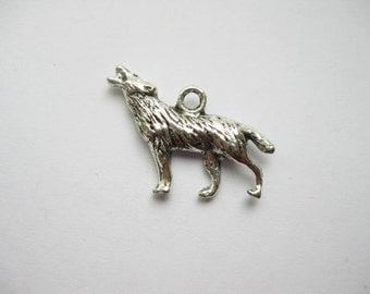 8 Wolf Charms Pendants in Silver Tone - C006