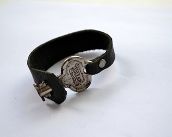 Black leather bracelet with a vintage skeleton key - Steampunk