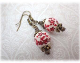 Gipsy Rot - Ohrringe mit roter geblümter Porzellanperle im Vintagstil